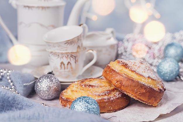 Broodjes met kerst- of nieuwjaarsdecoratie.