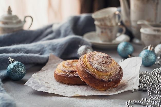 Broodjes met kerst- of nieuwjaarsdecoratie. Premium Foto
