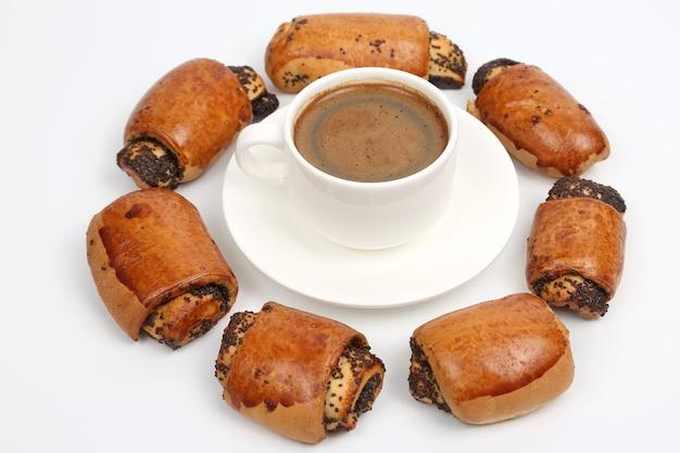 Broodjes met maanzaad en witte kop zwarte koffie