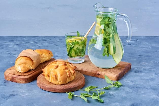 Broodjes met mojito op een houten bord op blauw