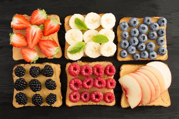 Broodjes met pindakaas en fruit