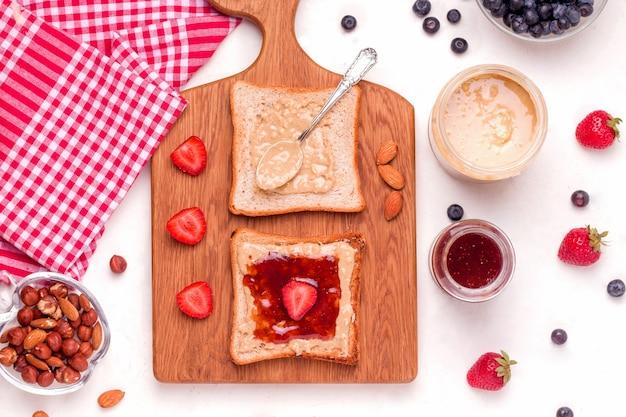 Broodjes met pindakaas en jam