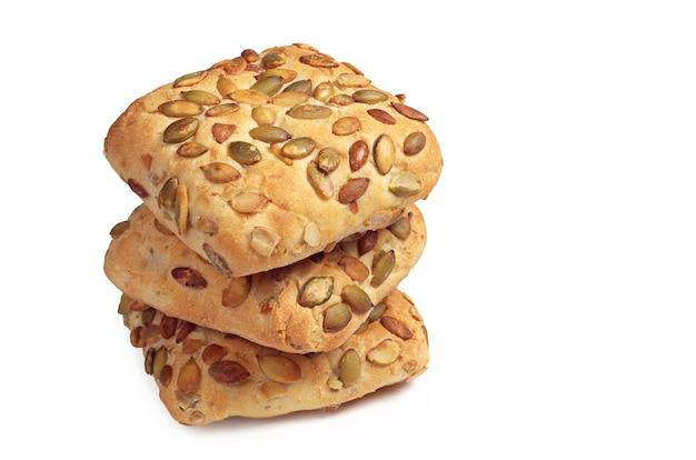 Broodjes met pompoenpitten op een witte achtergrond close-up