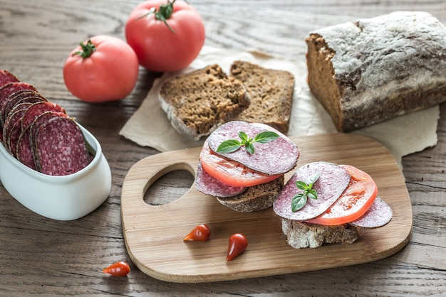 Broodjes met salami en tomaten