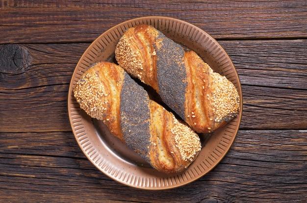 Broodjes met sesam en maanzaad op een bord