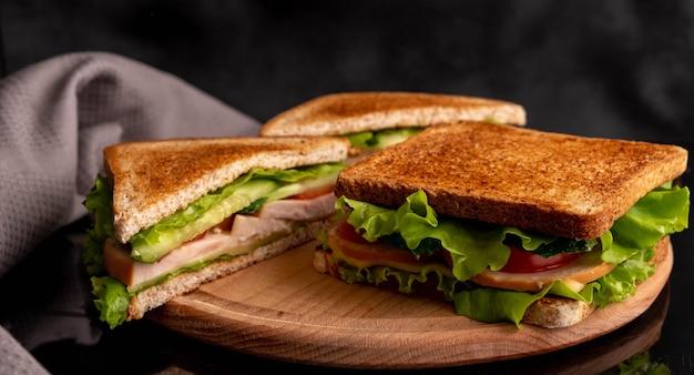 Broodjes met tomaten, kruiden en ham
