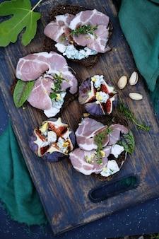 Broodjes met vlees, blauwe kaas en vijgen