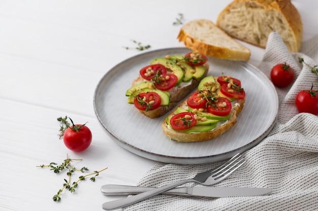 Broodjes of tapas bereid met brood en lekkere ingrediënten. lekker eten voor een gezond ontbijt of lunch