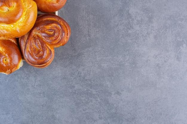 Broodjes opgestapeld op een kleine mand op marmeren achtergrond. hoge kwaliteit foto