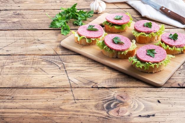 Broodjes salami op een snijplank