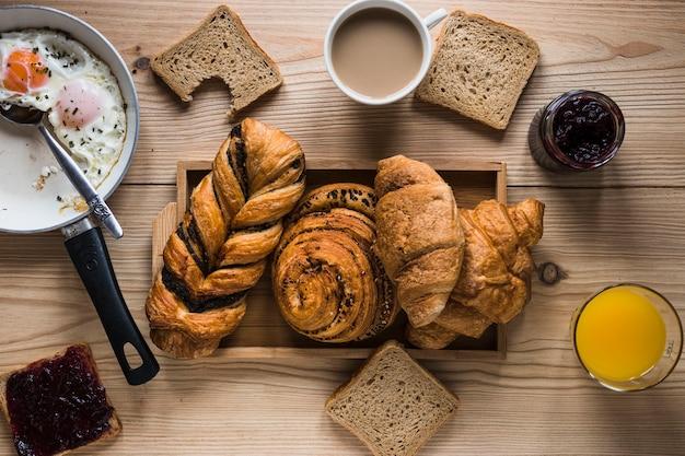 Broodjes te midden van ontbijtgerechten