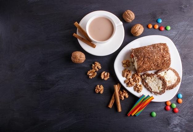 Broodjescake met gestremde melk en okkernoten op zwarte houten achtergrond worden geïsoleerd die.