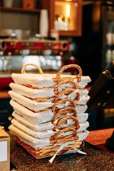 Broodmanden op de plank in de bakkerij. een set rieten manden in een stapel.