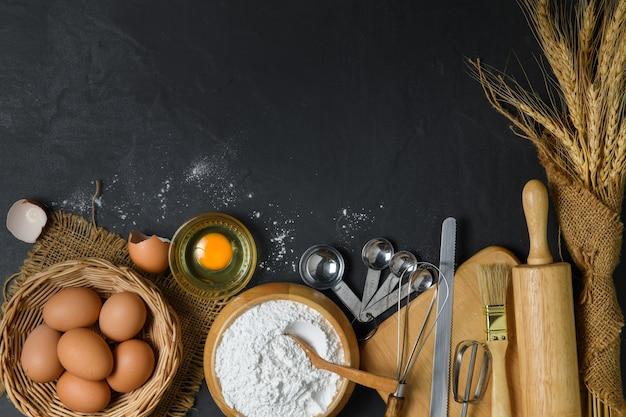 Broodmeel met vers ei en toebehoren