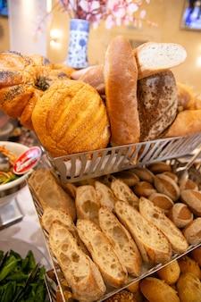 Broodproducten in het restaurant bij zakenlunch.