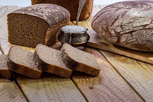 Broodrogge op een houten lijst