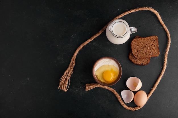 Broodsilces met ingrediënten eromheen, bovenaanzicht.