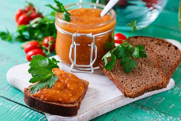 Broodtoost met auberginekaviaar. veganistische maaltijd. gezond vegetarisch eten