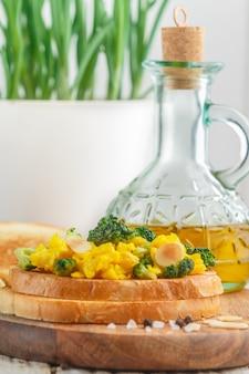 Broodtoost met eiersalade, broccoli en amandelbloemblaadjes, bruschetta, heerlijk ontbijt