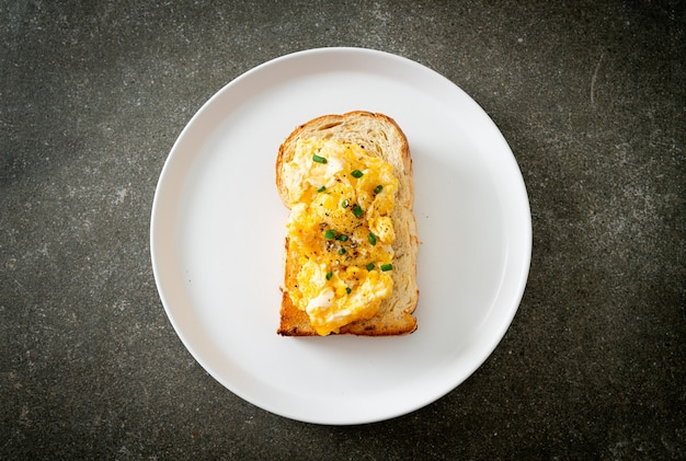 Broodtoost met roerei op witte plaat