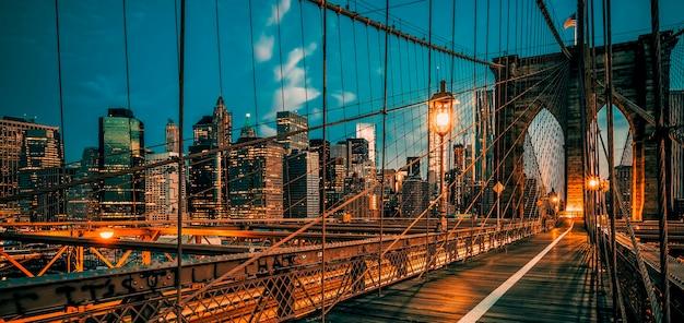 Brooklyn bridge bij nacht, new york, verenigde staten.