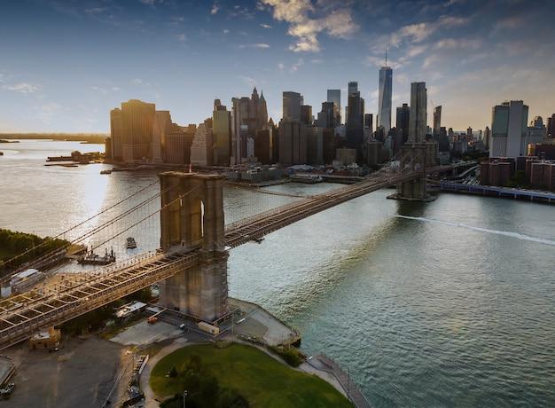 Brooklyn bridge bij zonsondergang new york city manhattan na zonsondergang prachtige panorama stadsgezicht usa