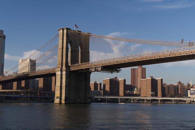 Brooklyn bridge bij zonsondergang, new york