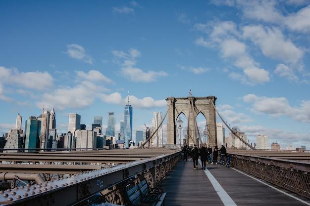 Brooklyn bridge en de wolkenkrabbers, new york city