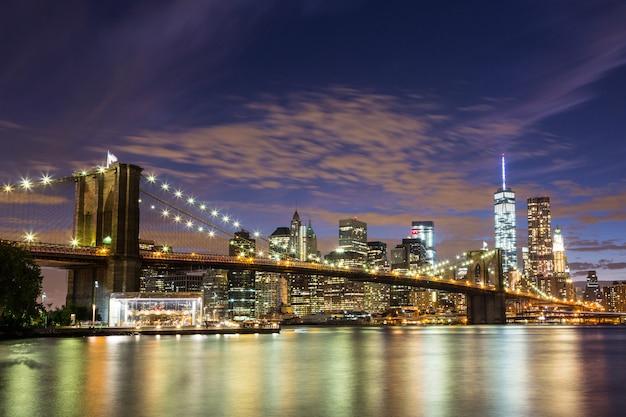 Brooklyn bridge en downtown wolkenkrabbers in new york in de nacht
