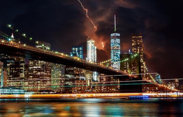Brooklyn bridge en dramatische hemel en bliksem