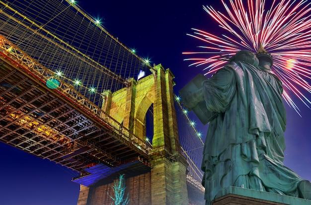 Brooklyn bridge en het vrijheidsbeeld in new york city, vs