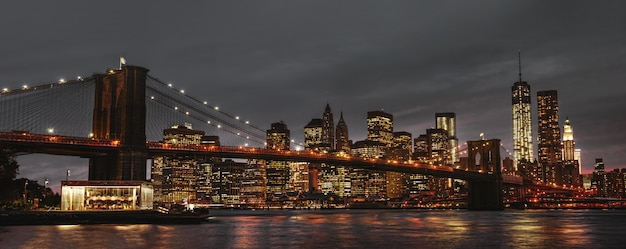Brooklyn bridge en manhattan bij zonsondergang