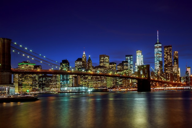 Brooklyn bridge en manhattan skyline night, new york city