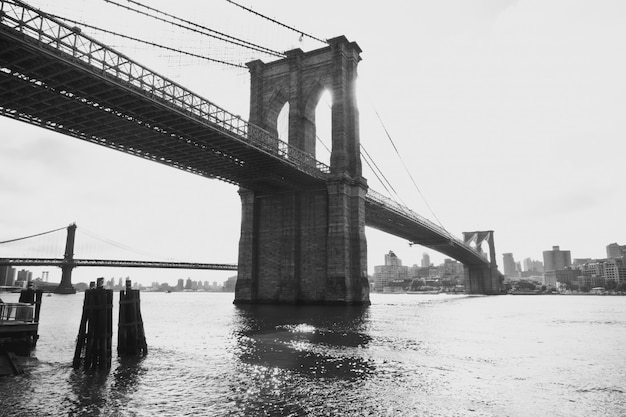 Brooklyn bridge in de stad van new york