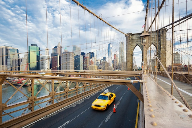 Brooklyn bridge in de stad van new york.