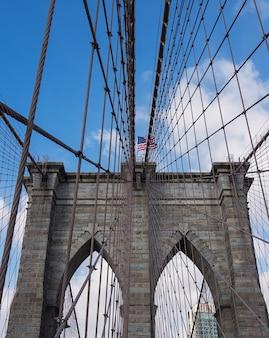 Brooklyn bridge in new york en amerikaanse vlag