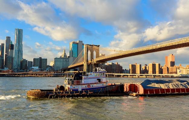 Brooklyn bridge met stadsgezicht op de achtergrond