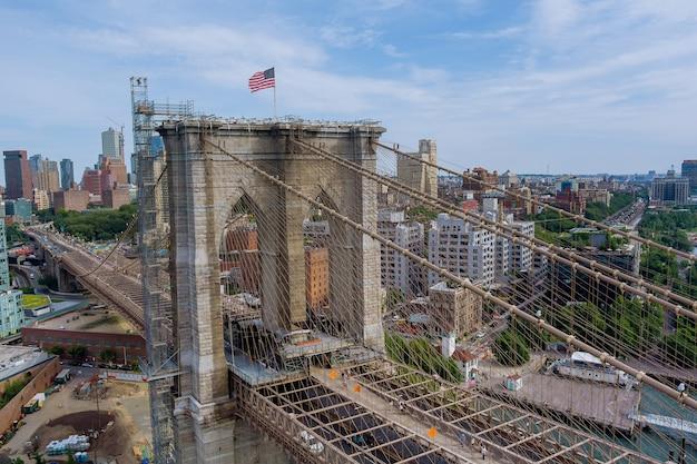 Brooklyn bridge panoramisch uitzicht op de skyline van de binnenstad van brooklyn gebouwen in new york city van landschap usa