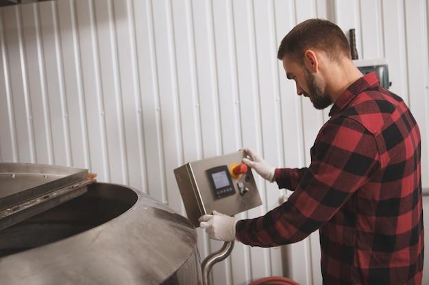 Brouwer exploiteert geautomatiseerde biergistingstank in zijn microbrouwerij
