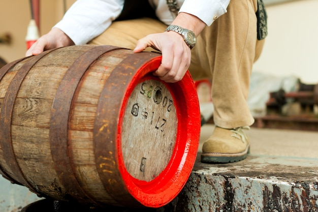 Brouwer met biervat in brouwerij