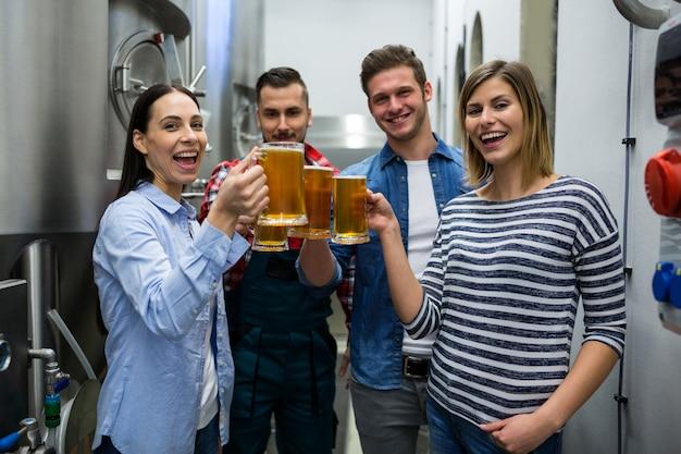 Brouwers die bieren roosteren bij brouwerij