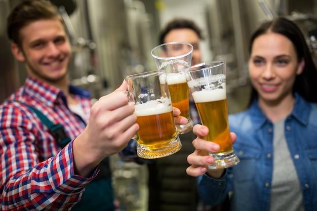 Brouwers die bieren roosteren bij brouwerijfabriek