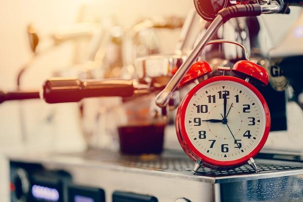 Brouwtijd, wekker met espressomachine voor het maken van koffietimingconcept