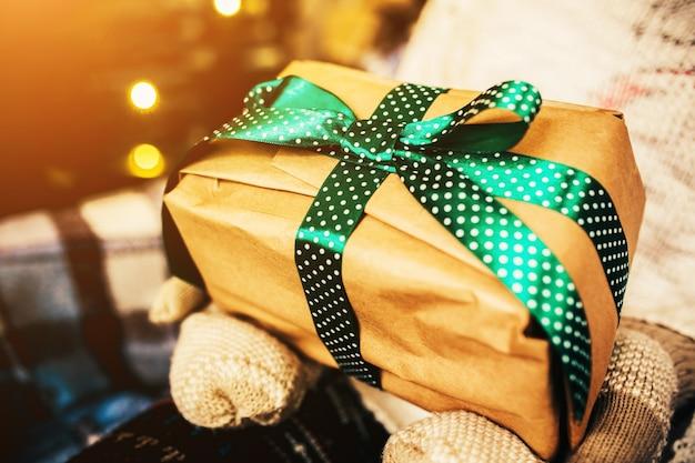 Brown gift met groene boog