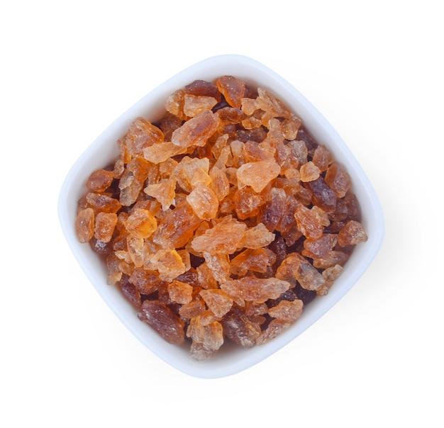 Brown rock sugar geïsoleerd op een witte ondergrond.