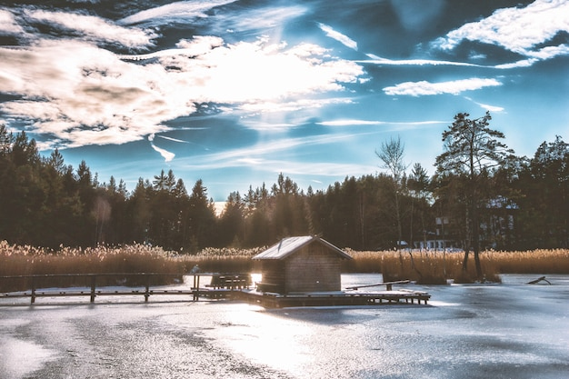 Brown shack in het midden van frozen lake
