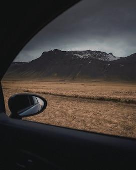 Brownfield schoot van binnenuit een voertuig onder een grijze bewolkte en sombere hemel