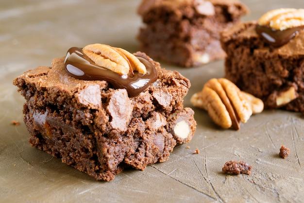 Brownie. donkere chocoladecake, gebakken uit de oven, gesneden.