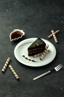 Brownie in het bord op de tafel