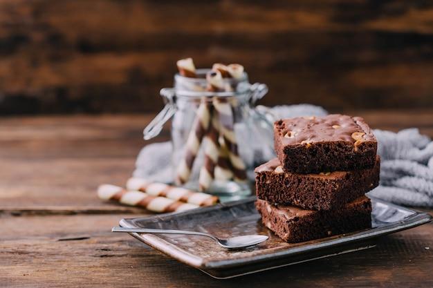 Brownie op houten tafel achtergrond